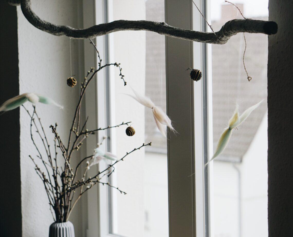 Frühlingsdeko am Ast Schmetterlinge aus Filz